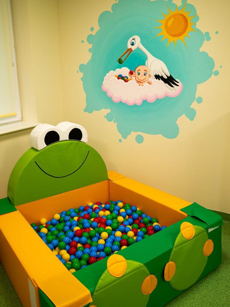 Basenik z piłeczkami to ulubione miejsce zabaw maluchów.