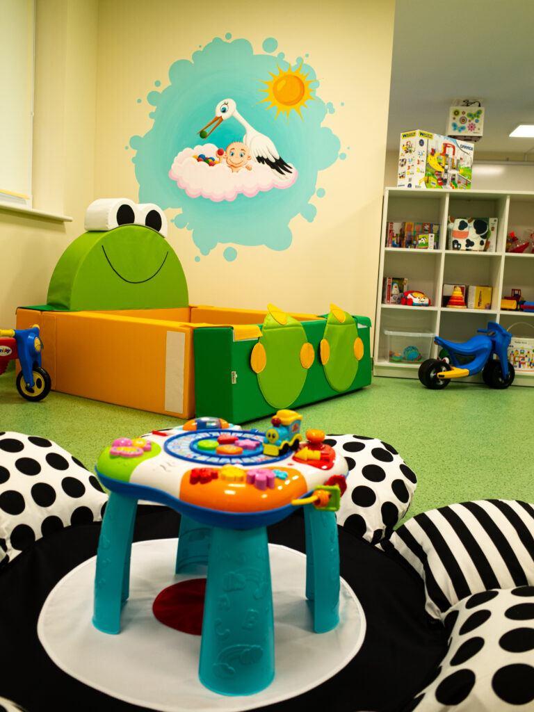 Zapewnia dziecku wiele rozwijającej aktywności, stymuluje rozwój wzrokowo-ruchowy, ćwiczy koordynację ruchową, zdolności poznawcze i myślenie przyczynowo-skutkowe stymulując słuch i wzrok, uczy kształtów ,kolorów i dźwięków.