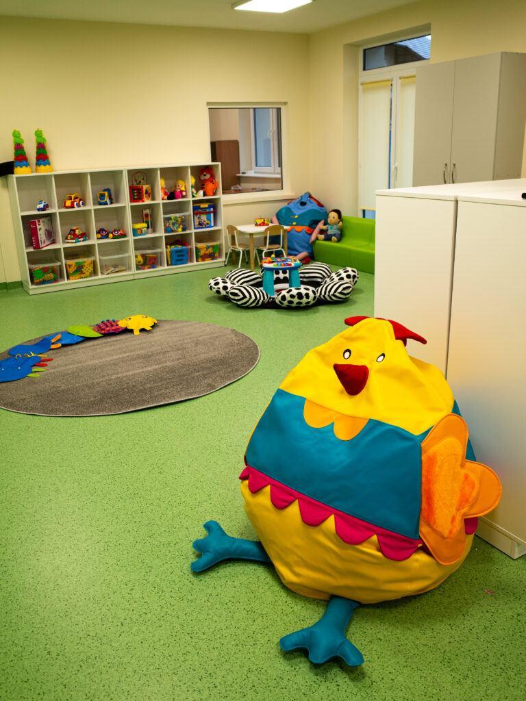 Miękkie wygodne poduchy zwierzątka w wesołych kolorach zachęcają dzieci do zabawy.