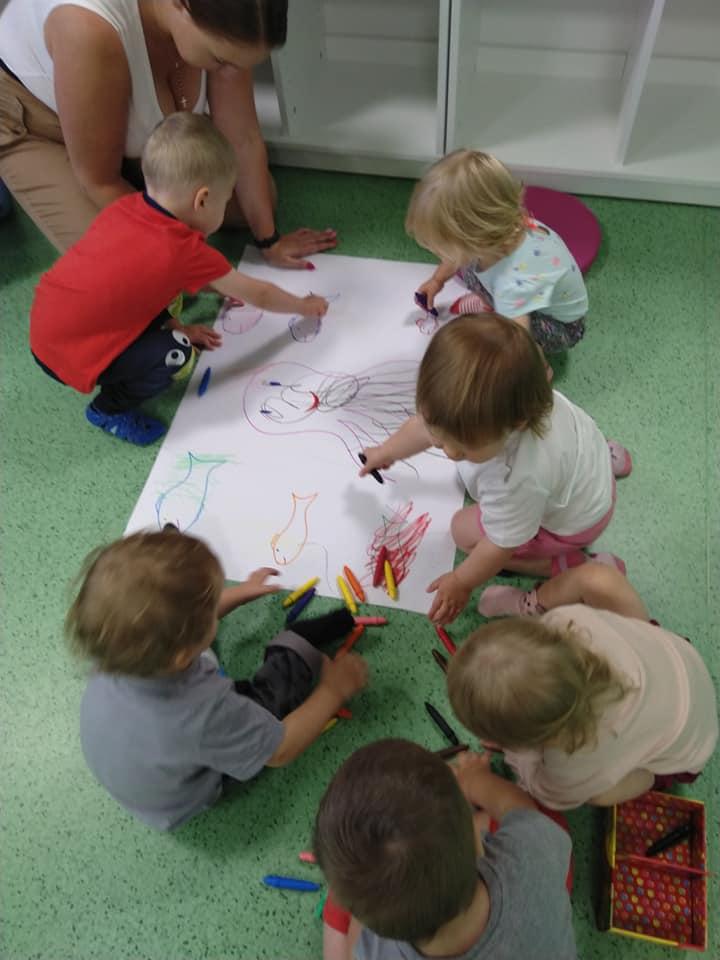 Dzieci chętnie biorą udział w zajęciach plastycznych tworząc małe dzieła sztuki.
