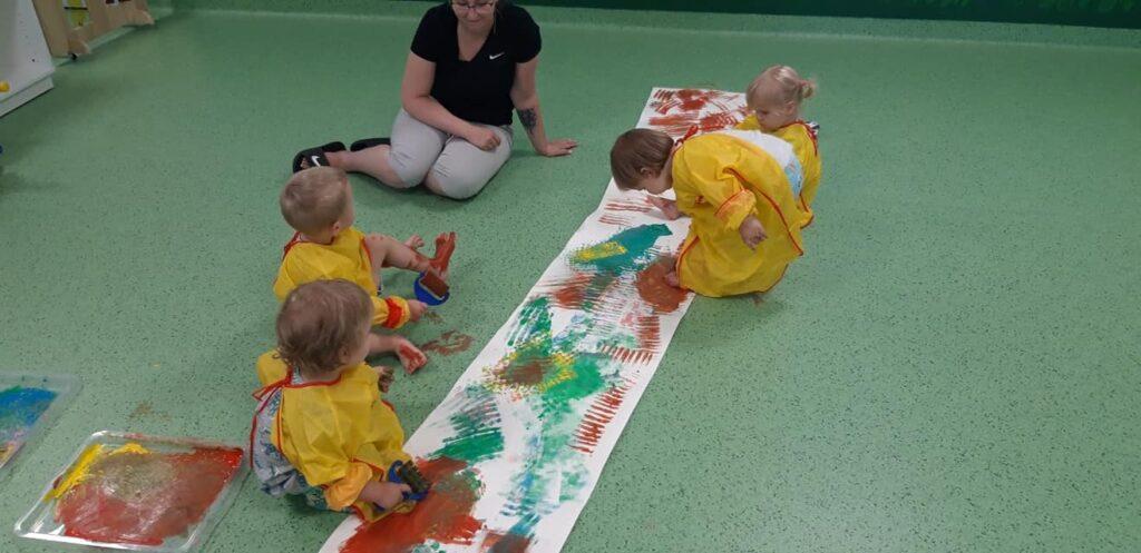 Dzieci chętnie biorą udział w zajęciach plastycznych.