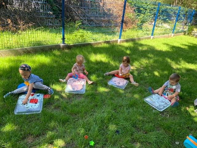 Przy ładnej pogodzie umilamy sobie czas zabawami w ogrodzie.
